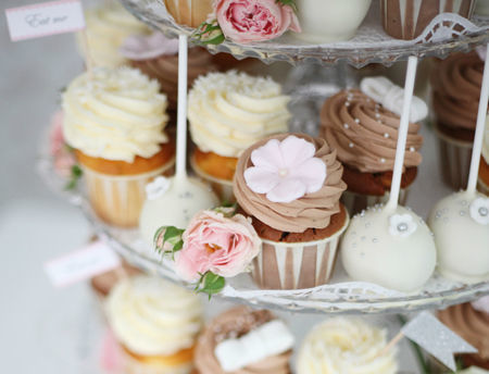 Beispiel: Romantische Hochzeits-Etagere mit Cupcakes, Foto: Zuckermonarchie.