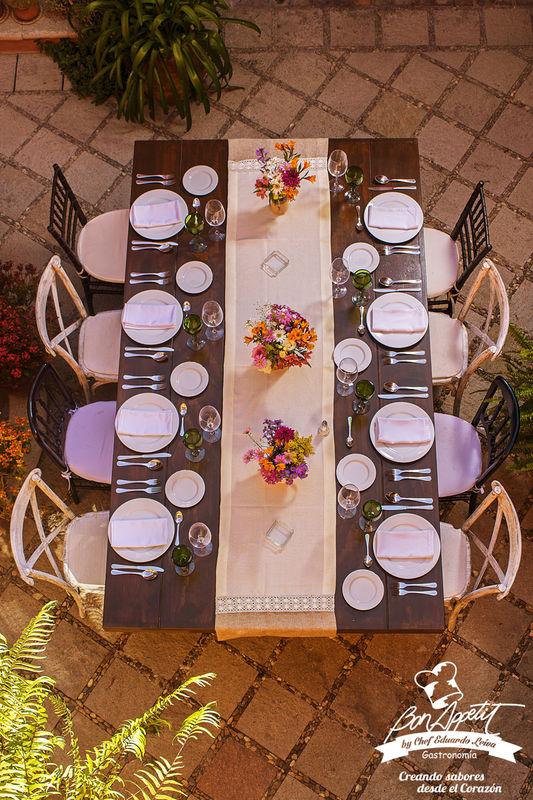 Montaje para 8 Personas.  Mesa Vintage con combinación de Sillas Tiffany en color Chocolate y Crossback color Arena