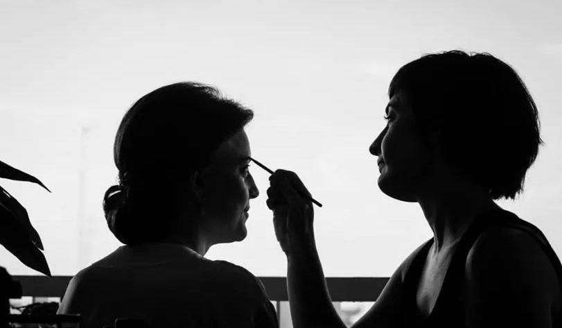 Fotografía realizando maquillaje de novia.