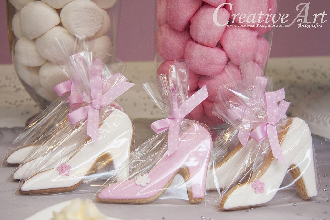 Galletas de zapato decoradas con glasa real y flor de fondant