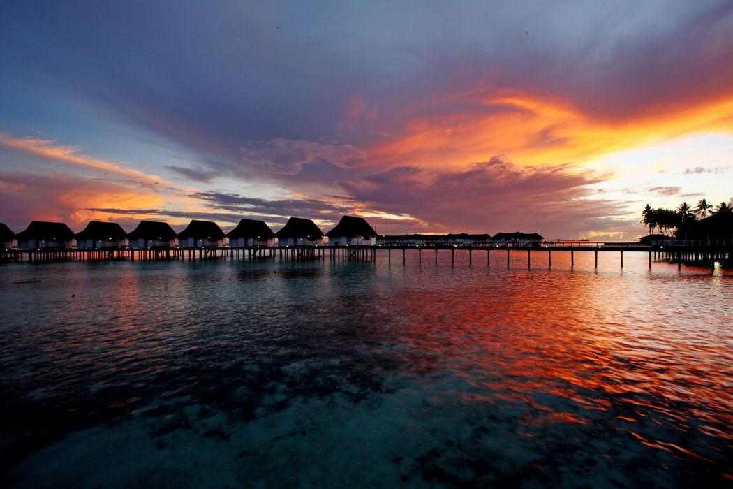 Sonnenuntergang auf den Malediven - Centara Grand Island Resort & Spa Maldives, Foto: Centara Hotels and Resorts.