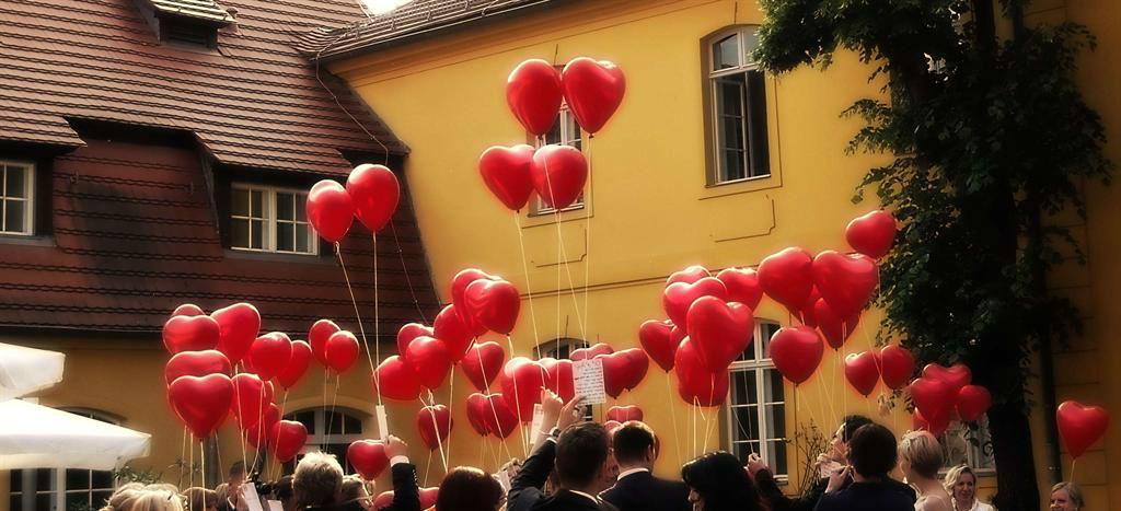 Beispiel: Hochzeitsfeier - rote Herzluftballons, Foto: Vierseithof.