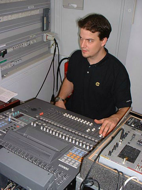 Beispiel: Peter am Mischpult, Foto: The DJ.