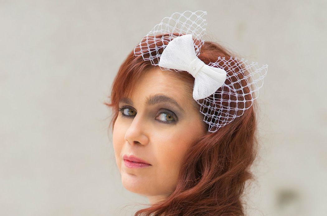 Braut Haarschmuck aus Schleifen aus Sinamay und Netzschleier mit Strass Bridal hairpiece of sinamay and veil bows with rhinestone