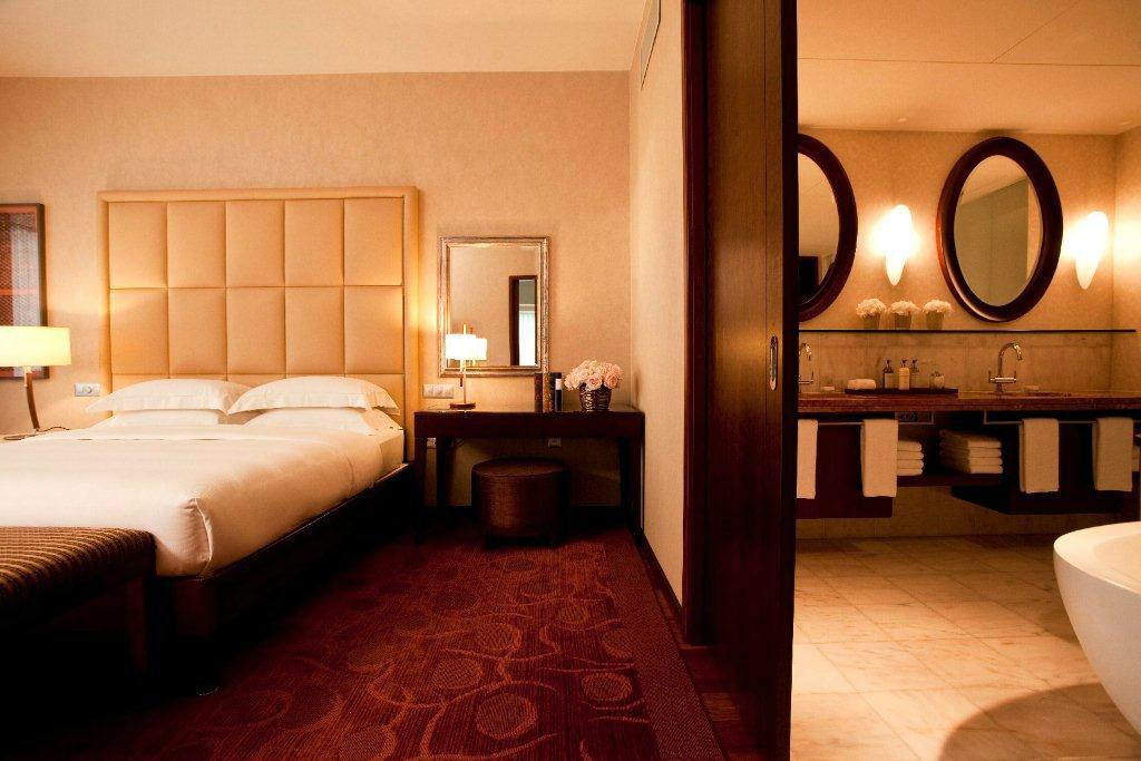 Beispiel: Park Executive Suite – Schlafzimmer mit angrenzendem Badezimmer, Foto: Park Hyatt Zürich Hotel.