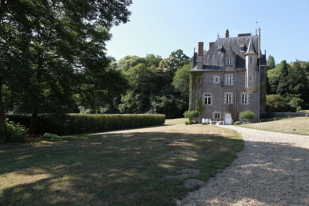 Le Chateau entouré par un parc de 5 hectares.