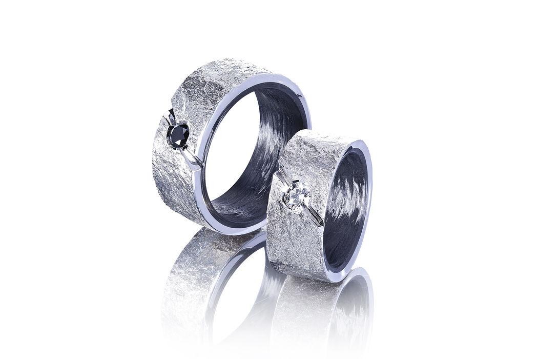 Eheringe in Palladium 950 mit Carbon und einem weissen & einem schwarzen Diamanten, Oberfläche mit