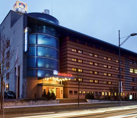 Beispiel: Hotel bei Nacht, Foto: Grand City Hotel Halle.