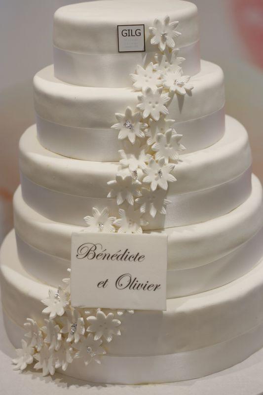 Pâtisserie Gilg: Wedding Cake tout blanc, décor de fleurs en pastillage
