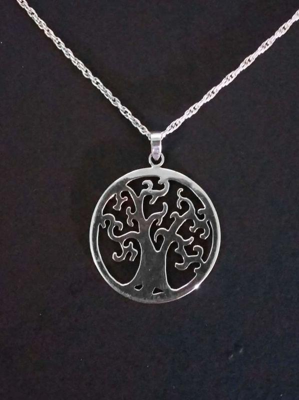 Colgante del árbol de la vida, hecho a mano en plata 950. Su significado es único para cada persona que lo utilice.