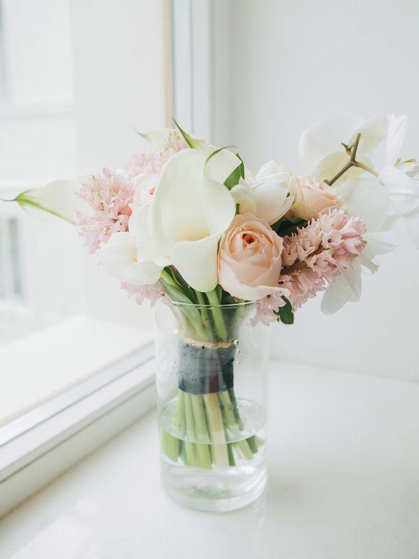 Букет невесты в нежных оттенках с тюльпанами, фалленопсисом, гиацинтами и пионовидной розой.