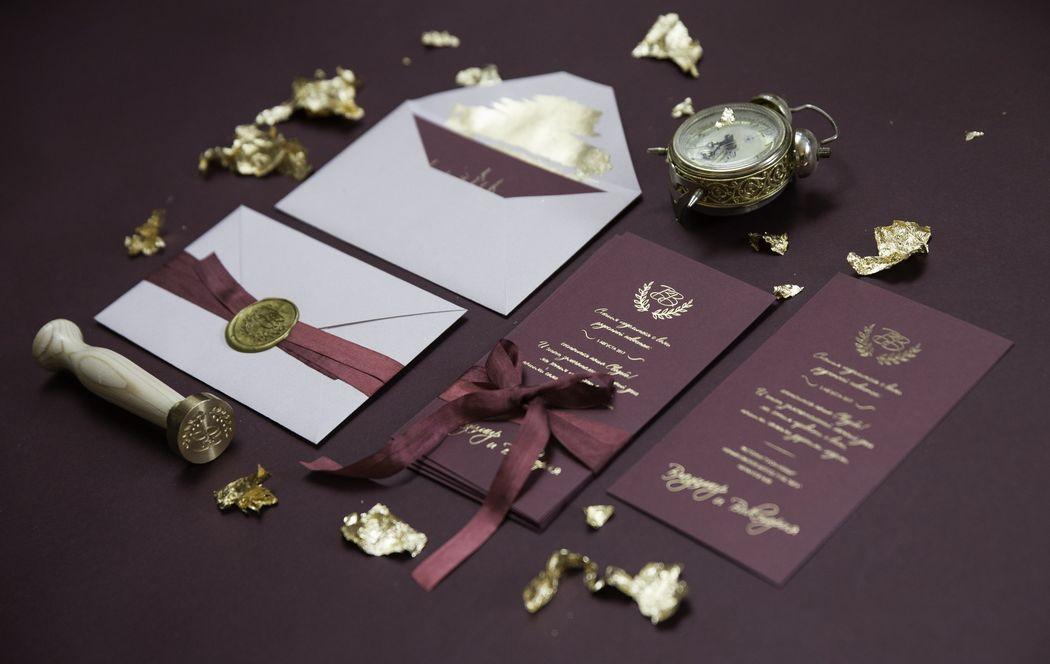 Роскошные приглашения на свадьбу с тиснением золотом, шелковой лентой и сургучной печатью. Приглашения выполнены из дизайнерской бумаги цвета