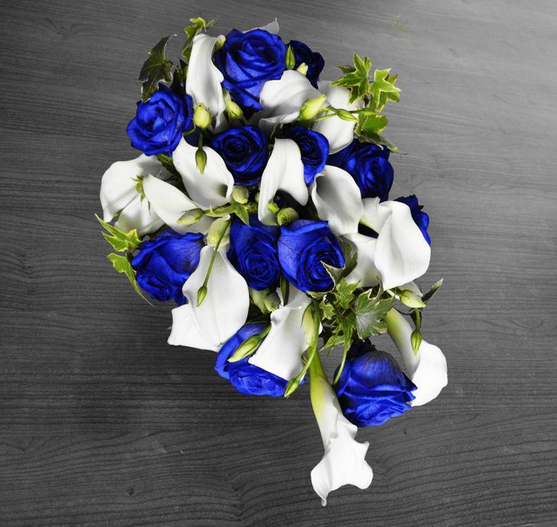 Ramo de novia con rosas azules.