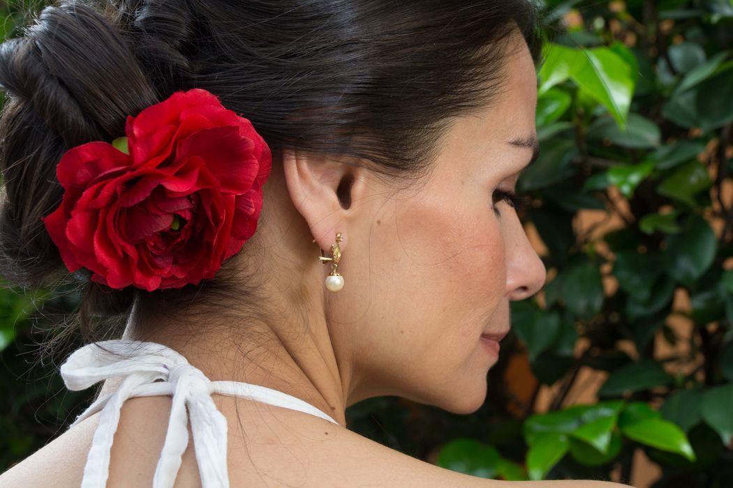 Accesorios florales Floristika, manejamos una línea artificial, muchas veces no quieres usar natural en el cabello que mejor que una horquilla artificial garantizada en duración y manufactura, de venta en Liverpool. Horquilla artificial Floristika ranunculus rojo.
