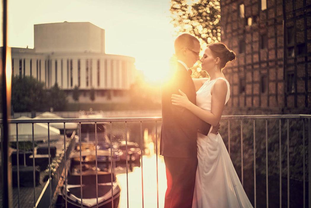Fotografia ślubna z pleneru Elizy i Szymona w okolicach Wyspy Młyńskiej w Bydgoszczy. Dodatkiem do fotografii ślubnej był też film poślubny.