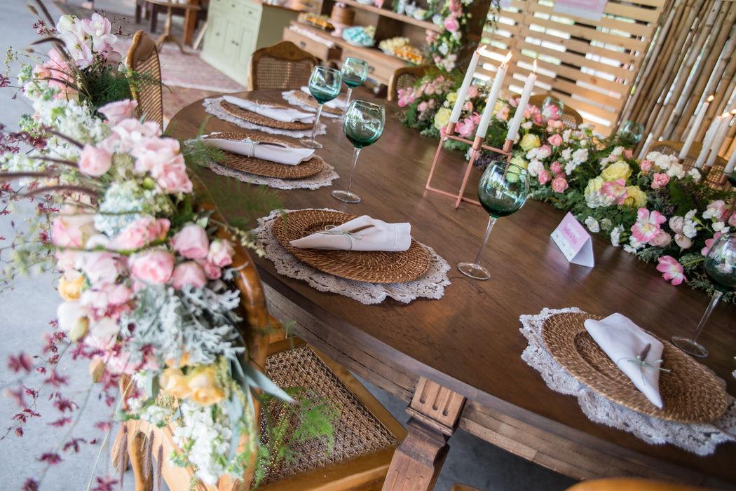 Mesa posta romântica. Muitas rosas. Muita lindeza