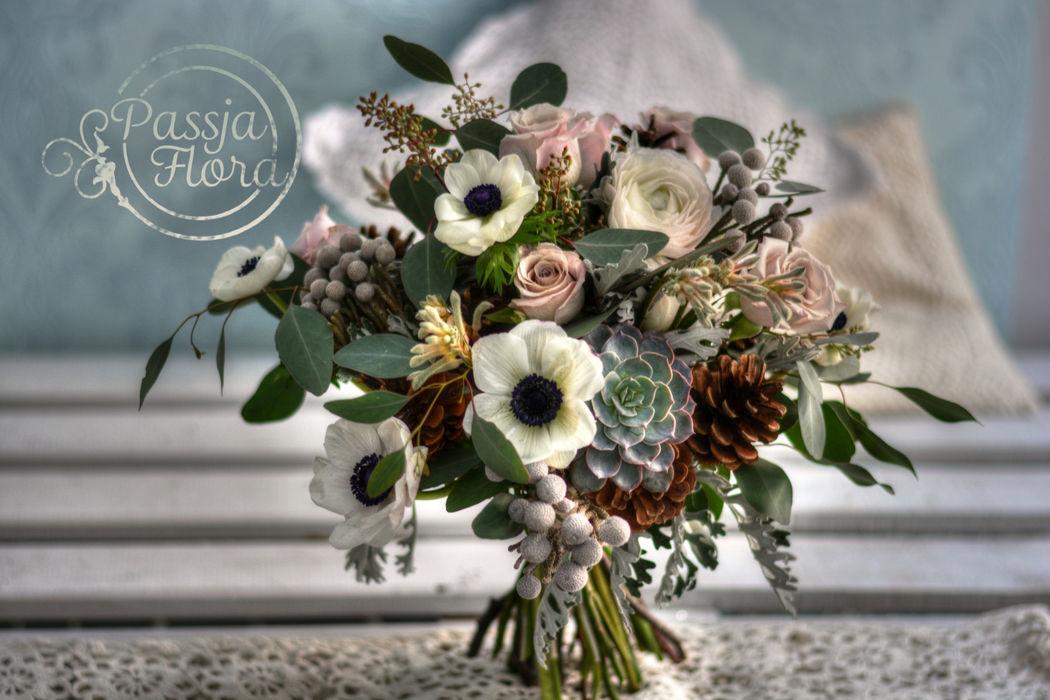 Bukiet ślubny z anemonami i szyszkami