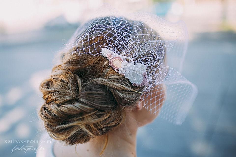 2015 Grzebień ślubny z woalką do włosów wykonany w technice sutasz  fot. Karolina Krupa