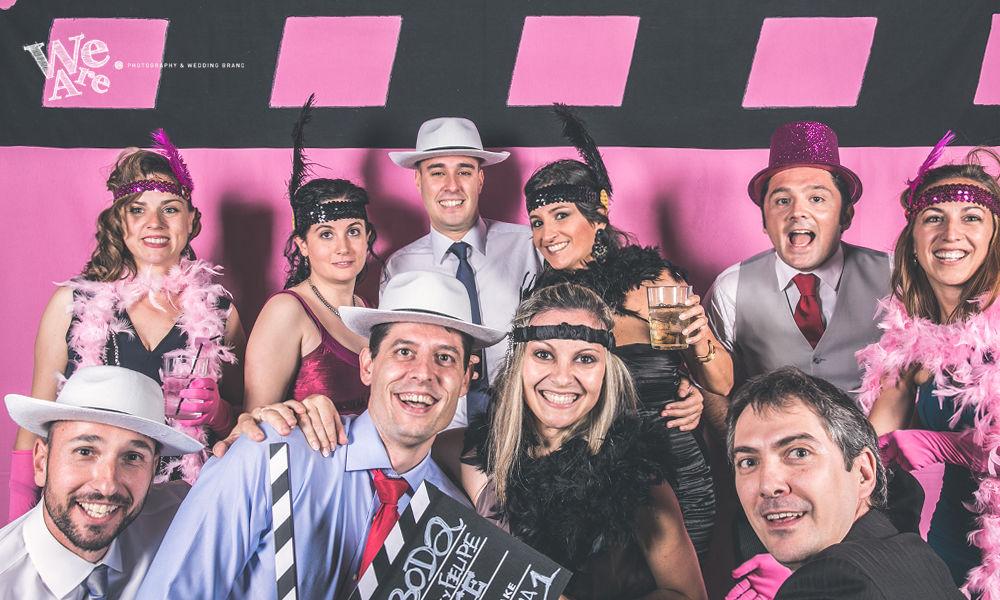 We Are. - Wedding planner. Detalle diseño y montaje de photocall especial cine clásico en tonos rosas. Diseño y organización de boda.