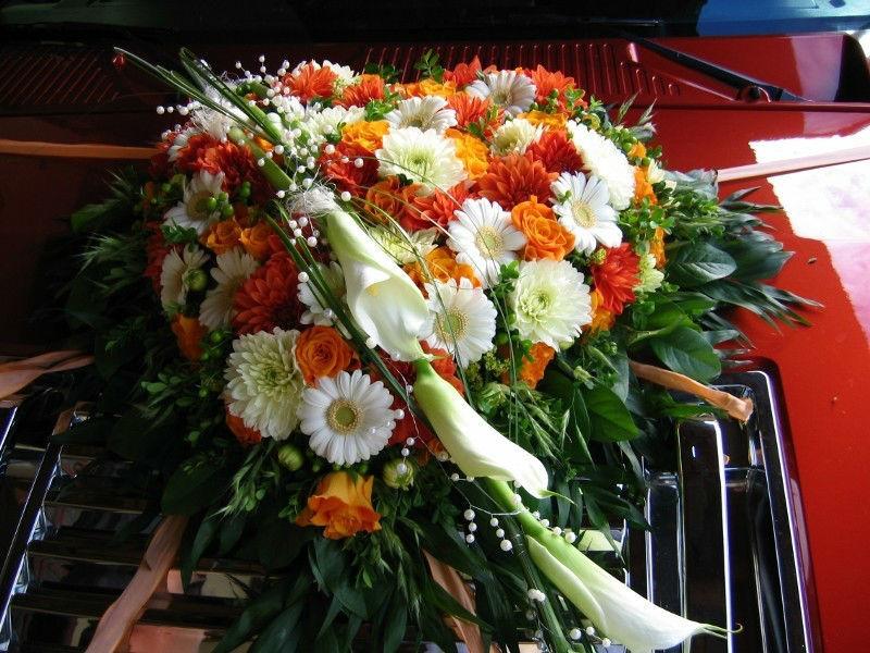 Beispiel: Floraler Schmuck für das Hochzeitsauto, Foto: Evis Blattwerk.