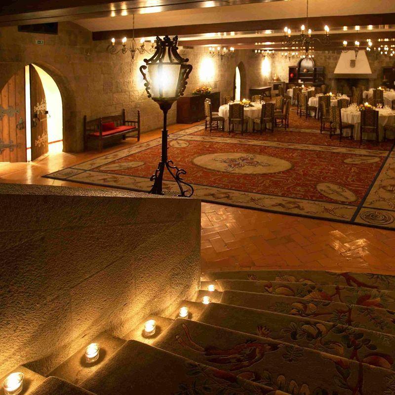 Sala Medieval, sala com uma decoração Medieval e uma área de 200m2. Com capacidade até 130 pessoas