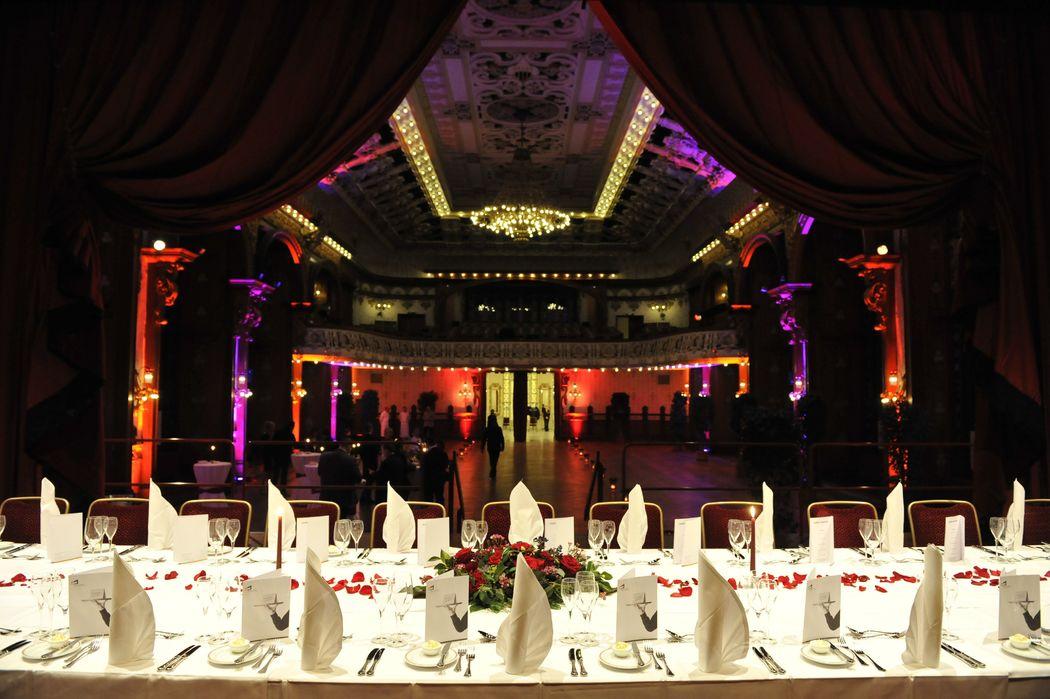 Brauttisch auf der Bühne des Theatersaals