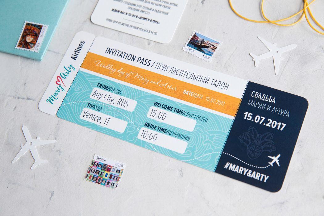 В наше время модно и главное приятно путешествовать, Mary ♥ Arty заказали приглашения в виде билета на самолет. Без контурной резки не обошлось, персонализированные карточки нестандартной формы, приглашения, марки и удобный конверт. Открывайте проект и наслаждайтесь.