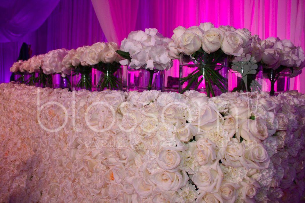 Mesa para los novios hecha con 2,500 rosas.