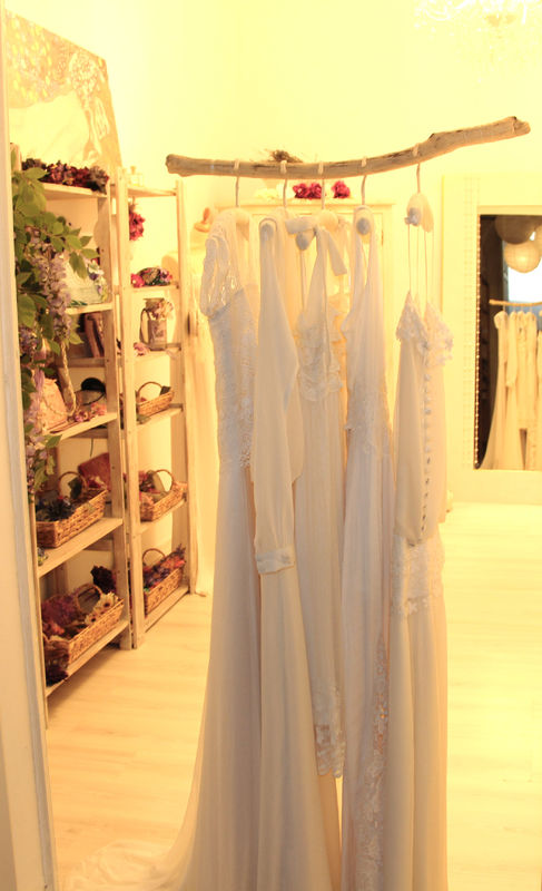 Diseños BelénBoheme, confeccionados artesanalmente con tejidos naturales, ligeros, vaporosos y sin volúmenes para una novia bohemia, estilosa y hippie chic.