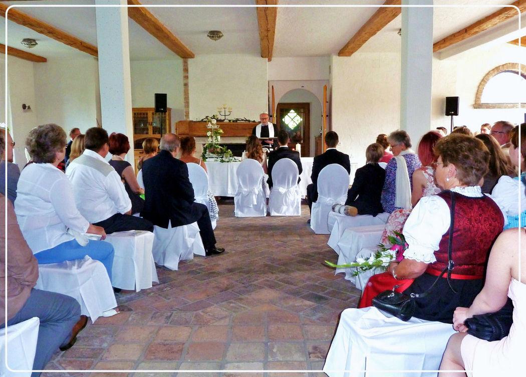 Unsere Gäste teilen mit uns die Freude unserer Hochzeit. Foto: Zeitlose Zeremonie