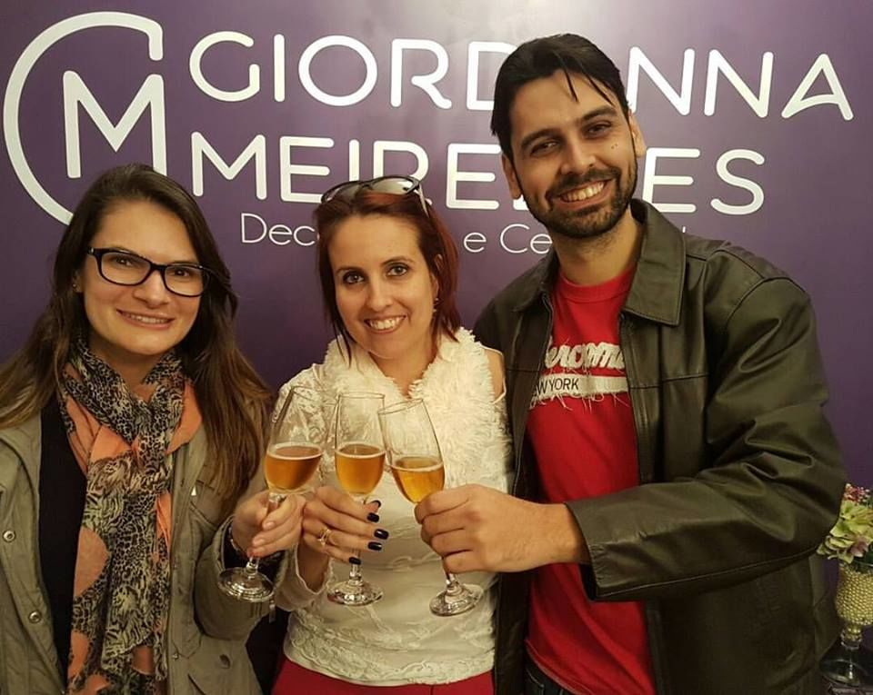 Brindando assinatura de contrato com noivos Taciana e Eduardo