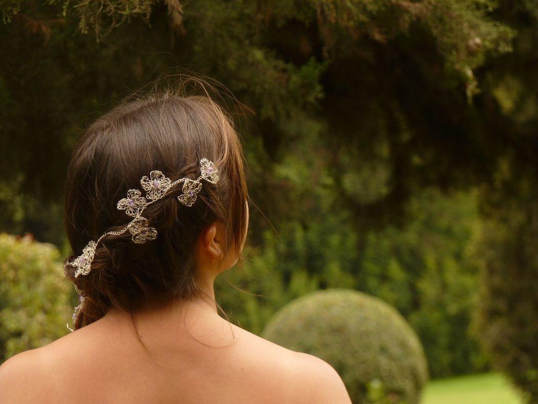 Tocado flores entrelazadas, con piedra amatista