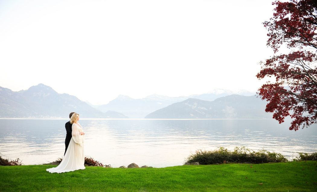 Hochzeitspaar am Privatsstrand mit Alpenkulisse und See, Foto: Park Weggis.
