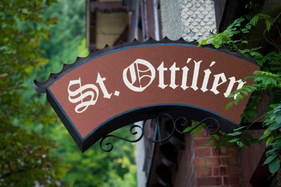 Beispiel: Außenansicht - Eingangsschild, Foto: Waldrestaurant St. Ottilien.