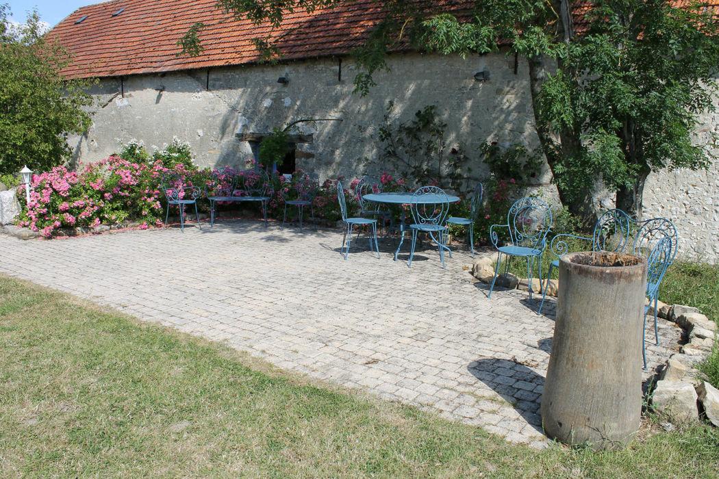 la grande terrasse de la salle et son mobilier de jardin