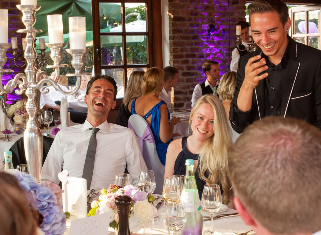 Begeisterte Gäste auf der Hochzeit