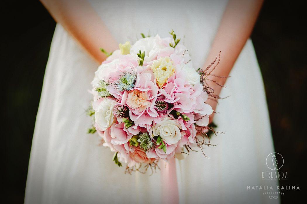Różowy bukiet ślubny fot. Natalia Kalina
