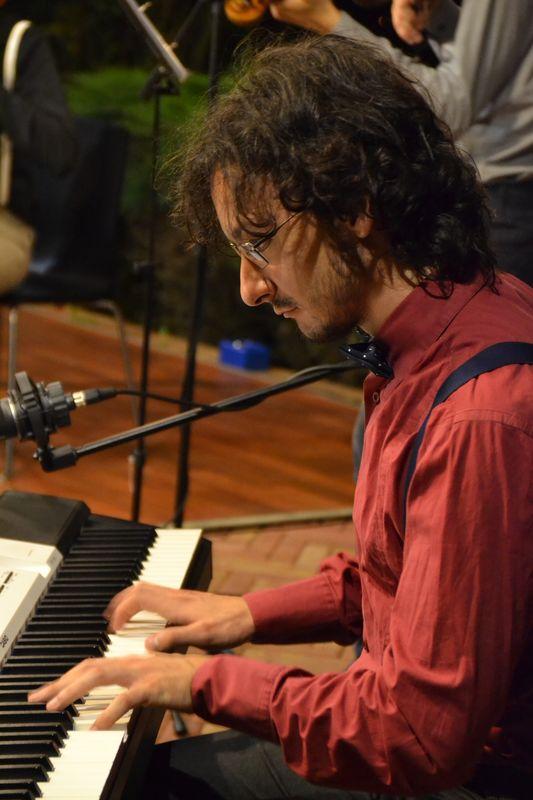 Il giovane pianista jazz Manuel Magrini fa parte della formazione dei Decostruttori Postmodernisti