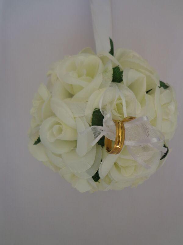 Porta aliança em forma de bola em flores