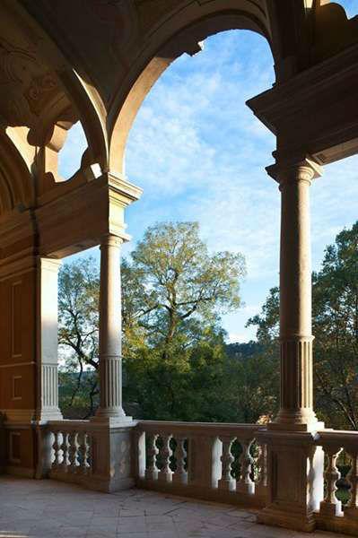 Villa Bria - Il Loggiato che da sulla Balconata e sul Parco Basso incornicia cieli azzurri
