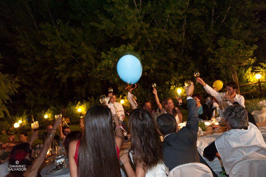 Un brindisi agli sposi nel giardino dell'Hotel Certaldo (Toscana)