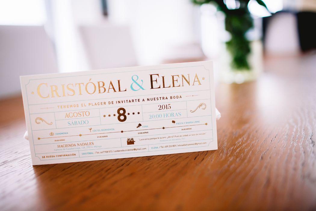 Invitación inspirada en una entrada de cine, con estampación en dorado, para la boda de Cristóbal y Elena.