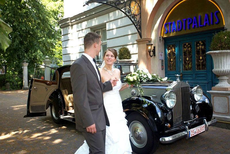 Beispiel: Brautpaar vor Stadtpalais, Foto: Stadtpalais Celle.