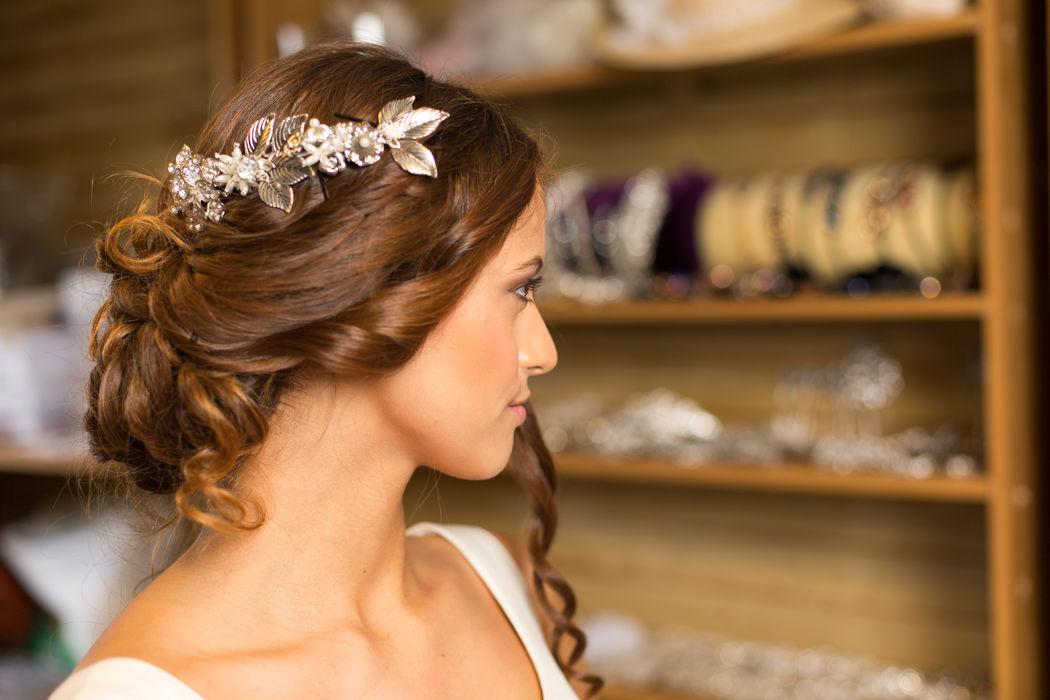 Tocado joya realizado con perlas, hojas de metal en color plateado, swarosvki, ideal para una novia de estilo romantico, boho chic, vintage.