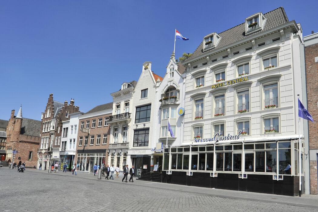 Golden Tulip Hotel Central is makkelijk bereikbaar voor zowel met auto als met openbaar vervoer. Het hotel beschikt over 110 eigen parkeerplaatsen in afgesloten parkeerkelder De Tolbrug tegen gereduceerde parkeertarieven. Het Station 's-Hertogenbosch is gelegen op slechts 7 minuten loopafstand.