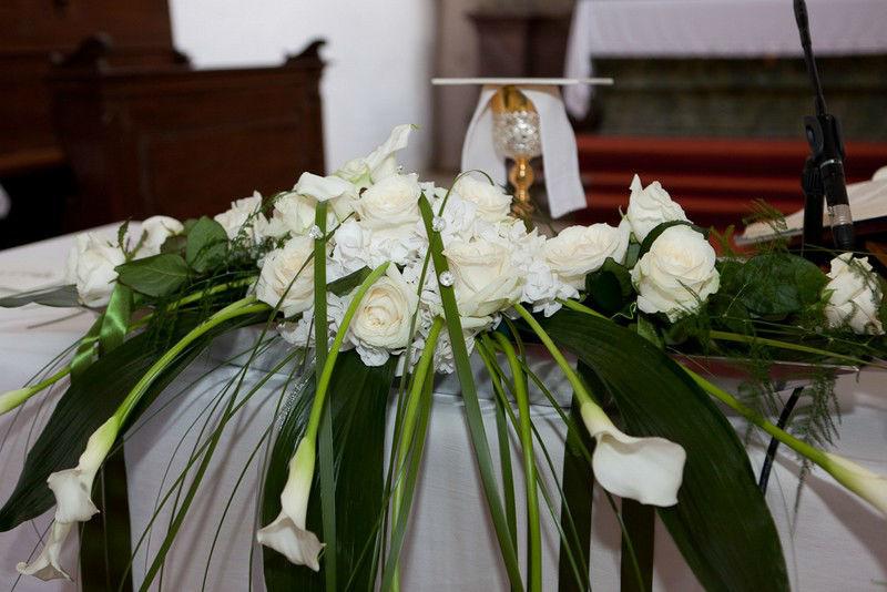 Beispiel: Blumenschmuck für den Altar, Foto: Die Blumenfabrik.