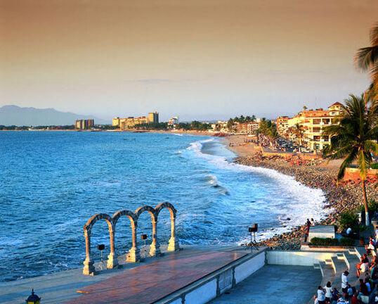 Puerto Vallarta es una de las playas más romanticas de México, sus playas rodeadas de selva y su pueblo mexicano, han sido escenario de multiples peliculas