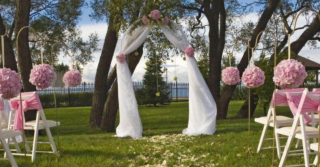 Cérémonie Extérieure : location arche, piquets et Boules de Fleurs....