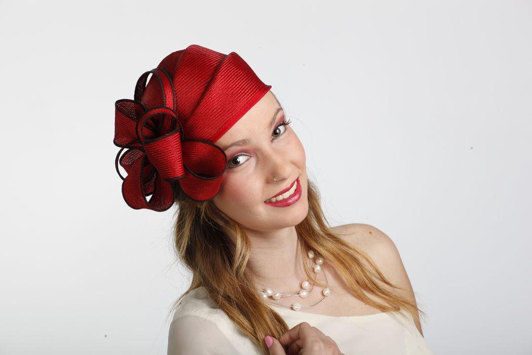 Tocado casquete fabricado en Parasisol . El parasisal es uno de los materiales mas nobles utilizados en lndustria sombrerera. Se lo podemos hacer en el color que necesite.