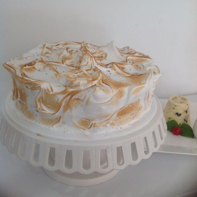 Torta de naranja con semillas de amapola relleno cremoso de cítrico cubierta con merengue.